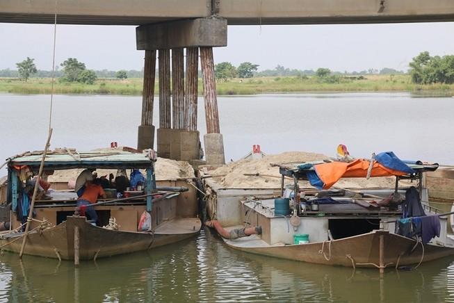 Tóm gọn 15 ghe hút cát trái phép lộng hành trên sông Thu Bồn