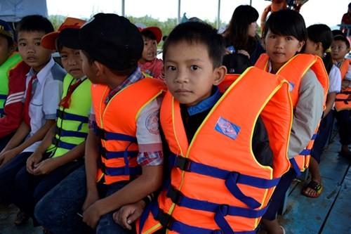 Học sinh ba huyện TP.HCM được tặng áo phao qua sông