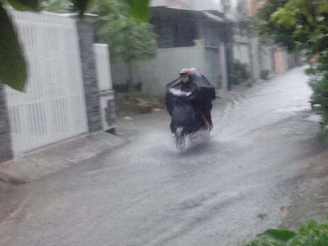 Hẻm chưa từng ngập ở Cần Thơ lênh láng sau mưa lớn