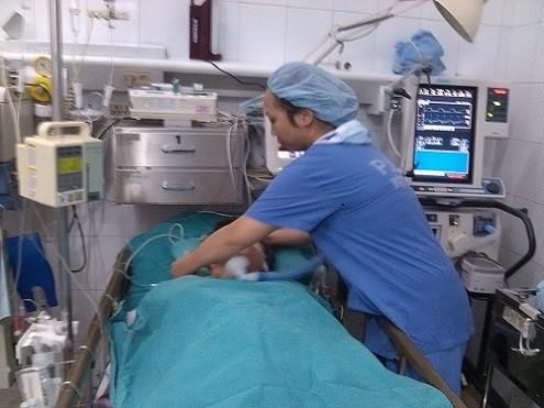 Vào tận bệnh viện đâm hai nhát vào người đang nằm cấp cứu