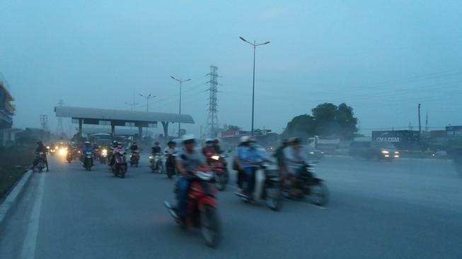 Bụi mù bất thường trên xa lộ Hà Nội
