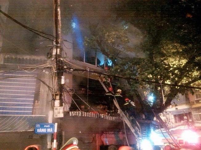 Cháy lớn cửa hàng bán đồ lưu niệm trong phố cổ Hà Nội