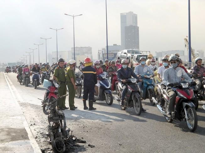 Xe máy cháy ngùn ngụt giữa cầu Sài Gòn