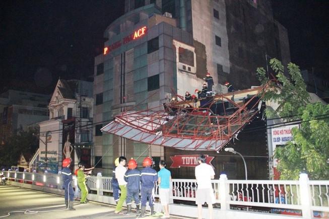 Bảng hiệu 'khủng' đổ sập sau mưa, hàng trăm cảnh sát ứng cứu trong đêm