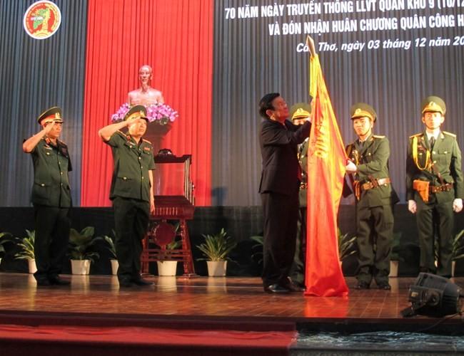 Chủ tịch nước trao huân chương Quân công hạng Nhất cho Quân khu 9