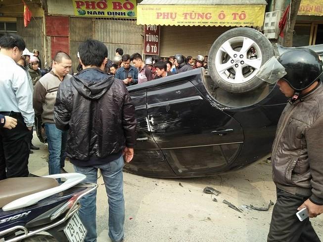 Va chạm với xe máy, ô tô lật ngửa giữa đường