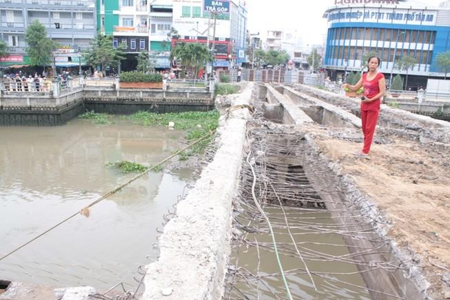 Đang đập bỏ cầu Đúc, nam công nhân rơi xuống sông mất tích