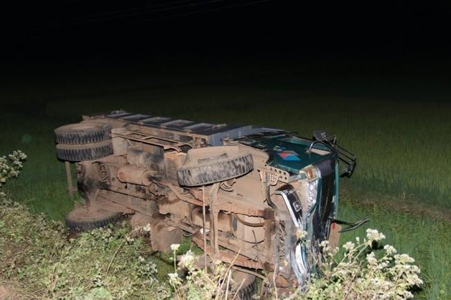 Xe tải tông xe buýt bay xuống ruộng, 2 người trọng thương