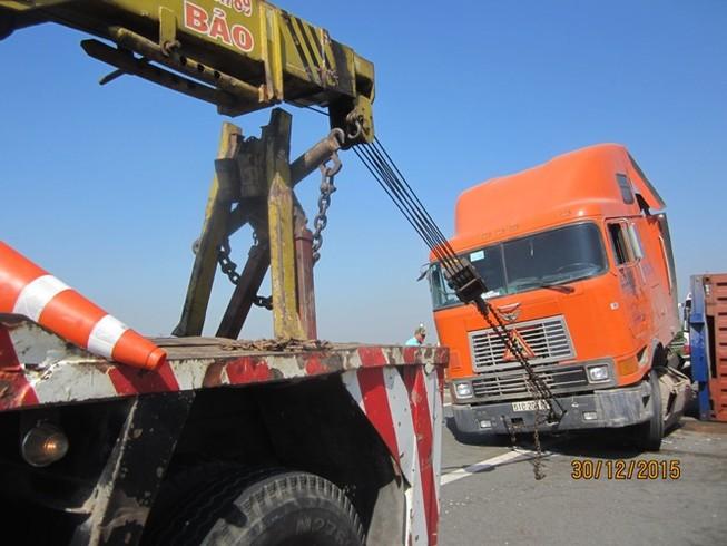Xe container húc bể dải phân cách trên cao tốc Trung Lương