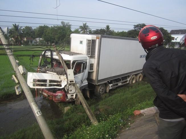 Va chạm, xe tải lao xuống ruộng tông đổ hai cột điện