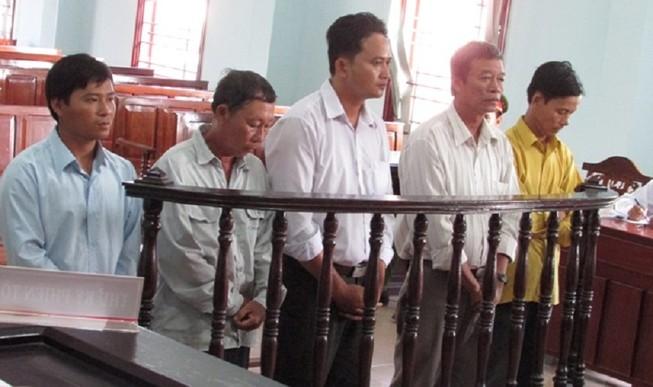Gây giảm sút uy tín chính quyền địa phương, dắt nhau vào tù