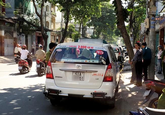 Tài xế taxi tử vong trong chiếc xe khóa kín