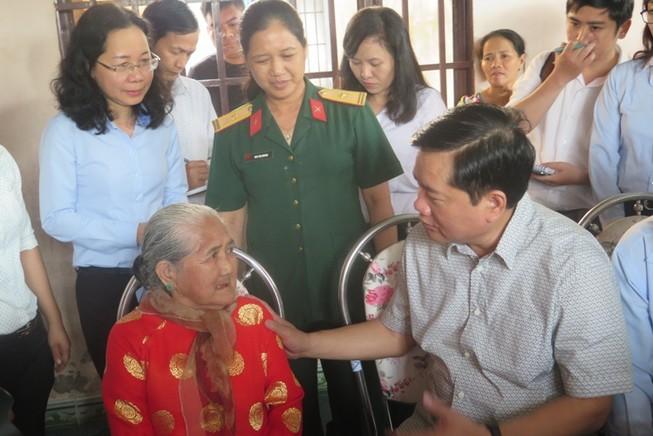 Ông Đinh La Thăng chỉ đạo làm đường, xây nhà cho dân