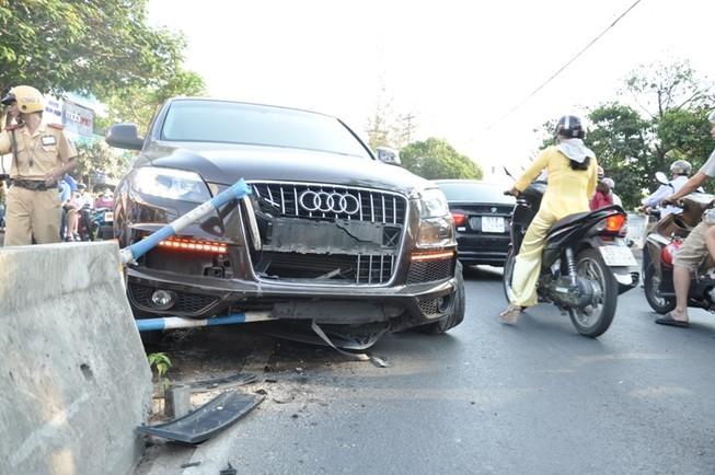 Audi bạc tỉ 'ôm' trọn dải phân cách ở quận Gò Vấp