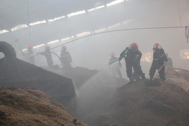 Lửa bao trùm xưởng gỗ, hàng trăm công nhân tháo chạy