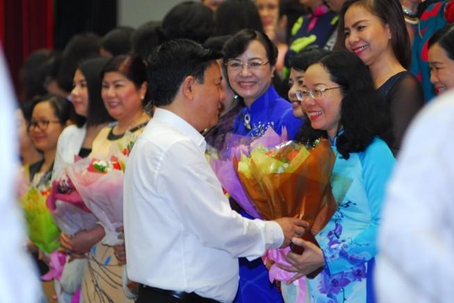 Bí thư Đinh La Thăng tặng hoa cho các nữ doanh nhân ngày 8-3