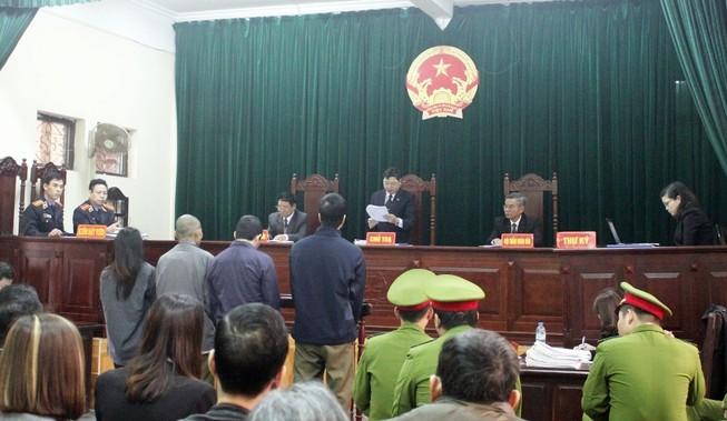 Nhân chứng quan trọng đi khám nam khoa, tòa hoãn xử