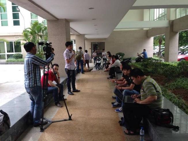 Cá chết bất thường, 150 nhà báo và cánh cửa đóng kín