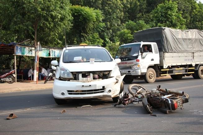 Taxi bất ngờ quay đầu khiến hai người trên xe máy thương vong
