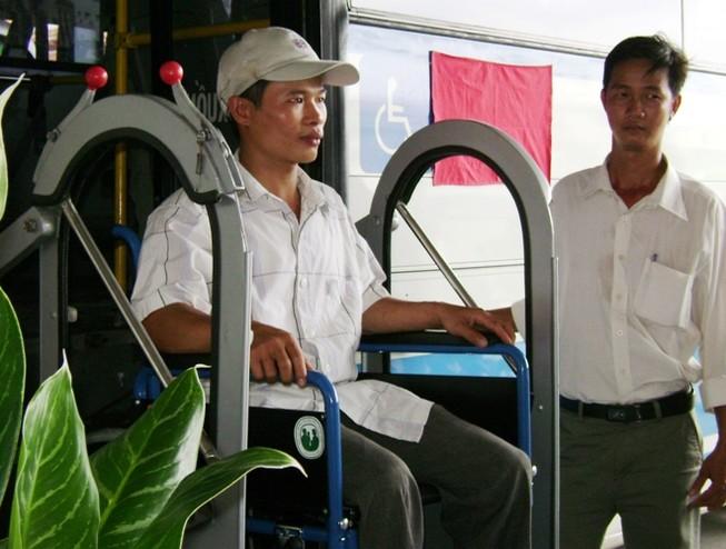 Nhiều biện pháp để xe buýt thân thiện với người khuyết tật
