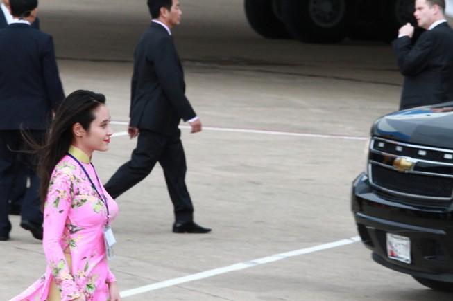 Cô gái vinh dự tặng hoa cho tổng thống Obama ở Tân Sơn Nhất