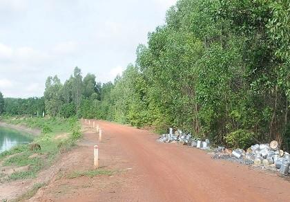 Hàng trăm thùng hóa chất đổ bậy ven sông, dân bất an