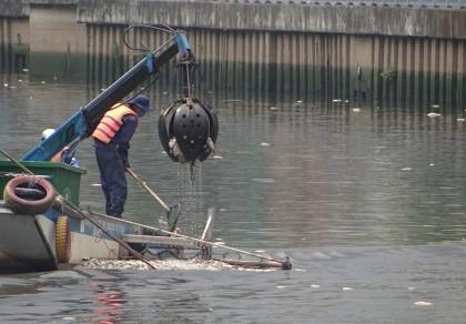Ai chế ra máy 'cạp cá' trên kênh Nhiêu Lộc - Thị Nghè?