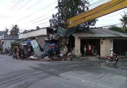 Xe tải mất lái tông sập cổng chùa, lao vào nhà dân