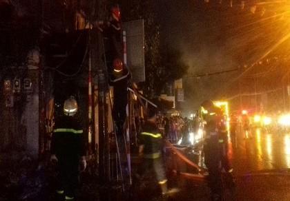 Cháy chùa Quan Âm, cả khu phố chạy tán loạn