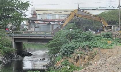 Mố cầu Tân Kỳ - Tân Quý sập sau trận mưa kỷ lục