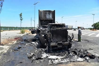 Xe đầu kéo bất ngờ cháy rụi, tài xế cuống cuồng thoát thân