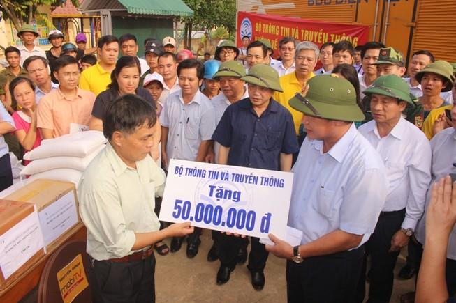 Bộ Thông tin-Truyền thông trao quà cứu trợ tại Hà Tĩnh