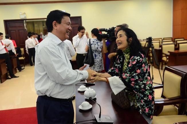 Bí thư Thăng từng bị bố đánh vì ảnh diễn viên Trà Giang