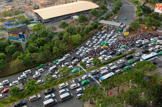Vận động hành khách tới sân bay Tân Sơn Nhất một mình