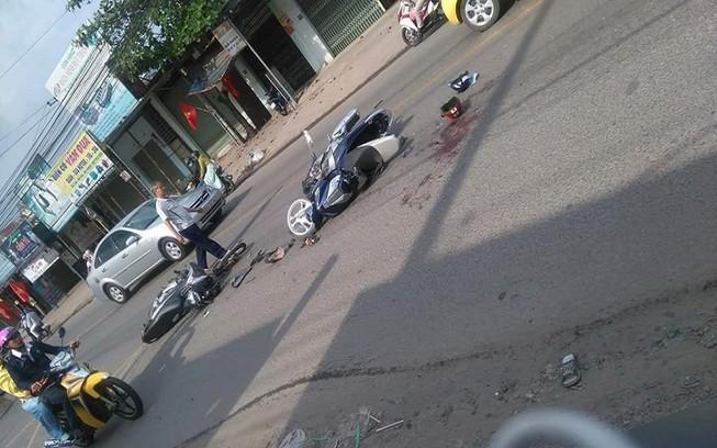 Xe máy tông nhau, một bé trai nguy kịch