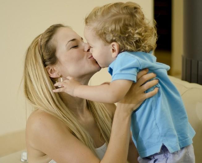 Đây là lý do tuyệt đối không được hôn môi trẻ em
