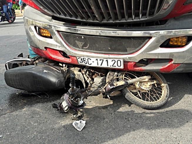 Bị xe container kéo lê, 1 người đàn ông thiệt mạng