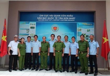 Bộ trưởng Bộ Công an tặng bằng khen cho hải quan Tân Sơn Nhất