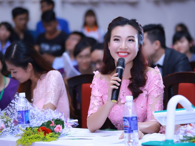 Á hậu Hoàng Oanh chấm thi Nét đẹp sinh viên