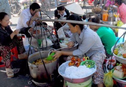 TP.HCM có gần 50% cơ sở kinh doanh thức ăn đường phố không đạt chuẩn