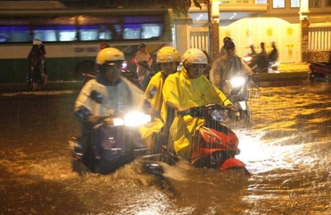 Chủ tịch Nguyễn Thành Phong nói gì về trận ngập nặng?