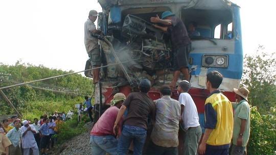 Tàu lửa tông xe tải, đường sắt tê liệt