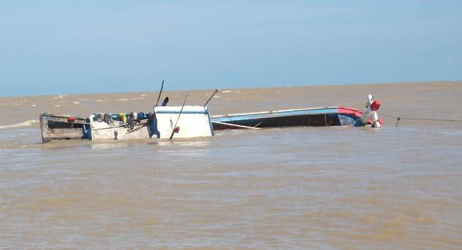 Điều tra vụ tàu nước ngoài tông chìm tàu cá Bình Định
