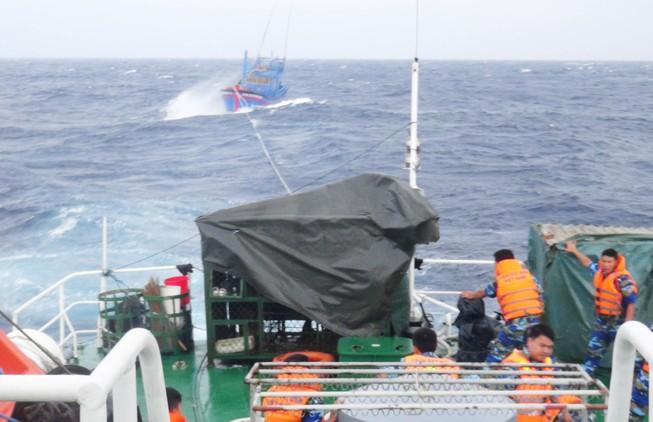 Cứu thành công hai tàu cùng hàng chục ngư dân bị nạn sắp chìm