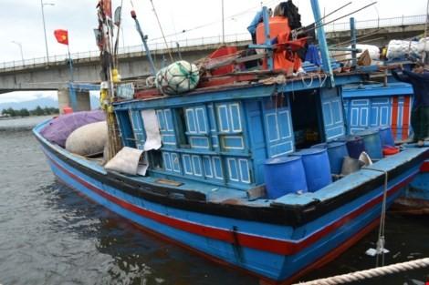 Tàu cá của ngư dân bị tàu lạ đâm chìm trên vùng biển Hoàng Sa