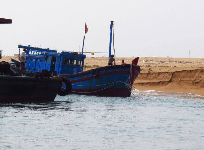 Sóng lớn, cửa biển bồi lấp khiến tàu cá liên tiếp bị nạn