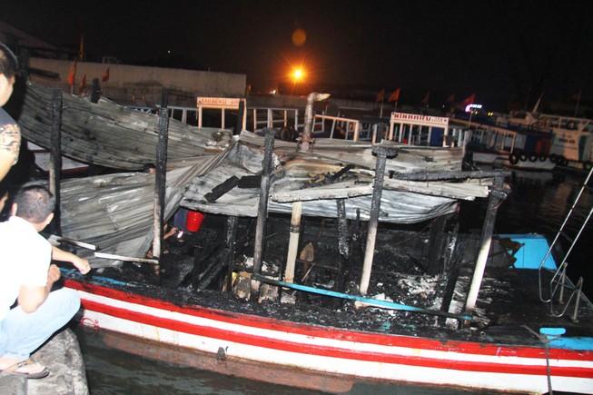 Cháy hai tàu chở du khách ở Nha Trang