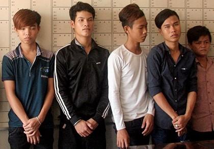 Bắt 10 thanh thiếu niên chém người loạn xạ trên phố
