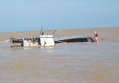 Tàu cá Khánh Hòa cứu năm ngư dân bị chìm tàu