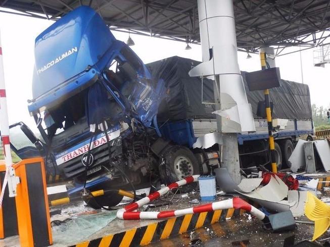 Xe tải tông vỡ trạm thu phí, 3 người bị thương